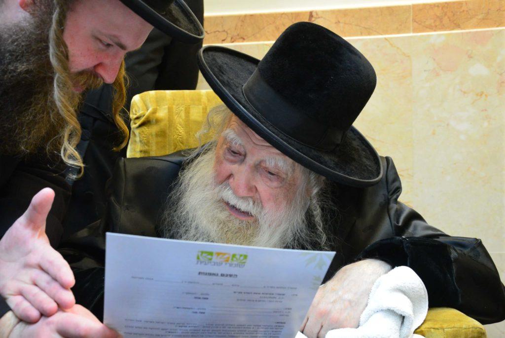 האדמור מערלוי מעיין בחתימת גדולי ישראל לקנות קרקע לשמיטה