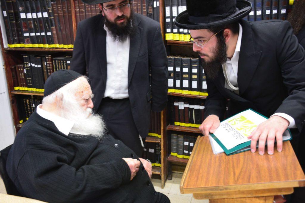 הרב קנייבסקי מברך את רבני אגודת שמיטה