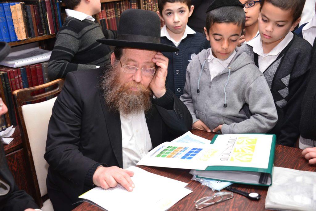 הרב שבח רוזנבלט מעיין בחתימת גדולי ישראל לרכוש קרקע לשמיטה