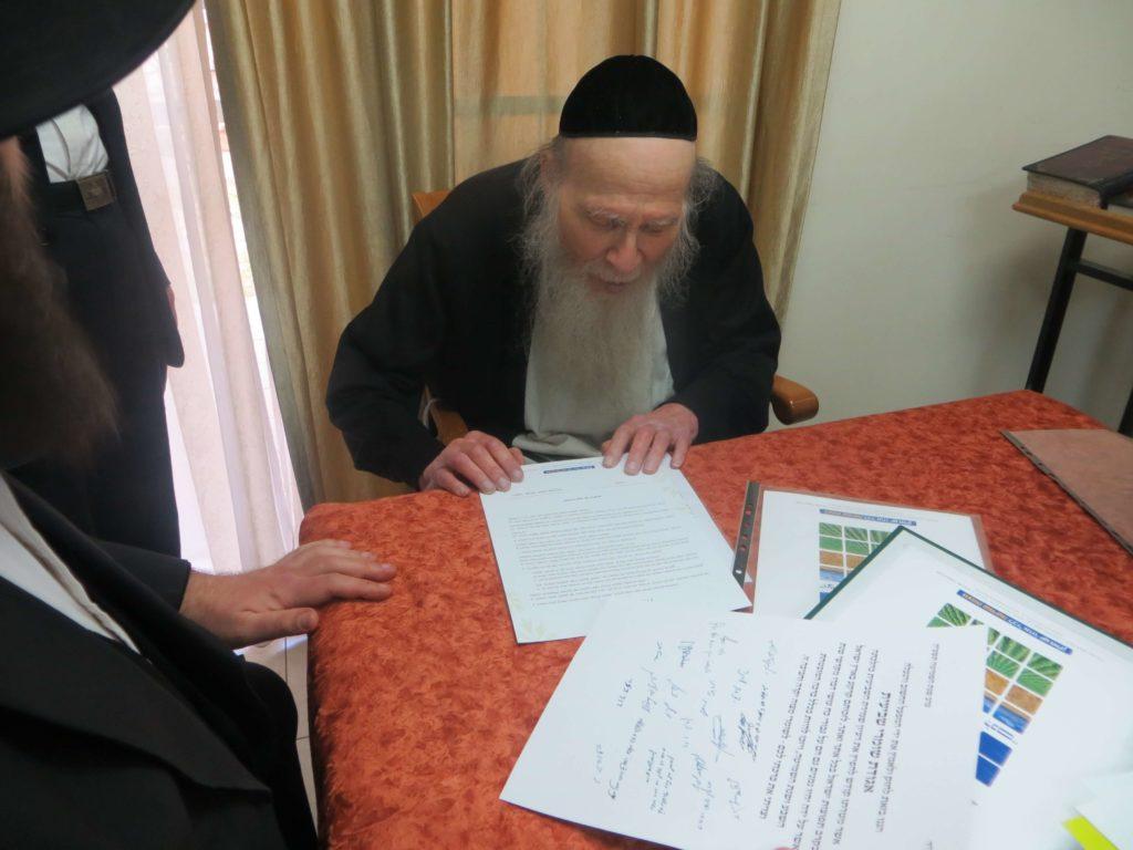 הרב פינקל מעיין בחתימתם של גדולי ישראל הקוראים לרכוש קרקע לשמיטה