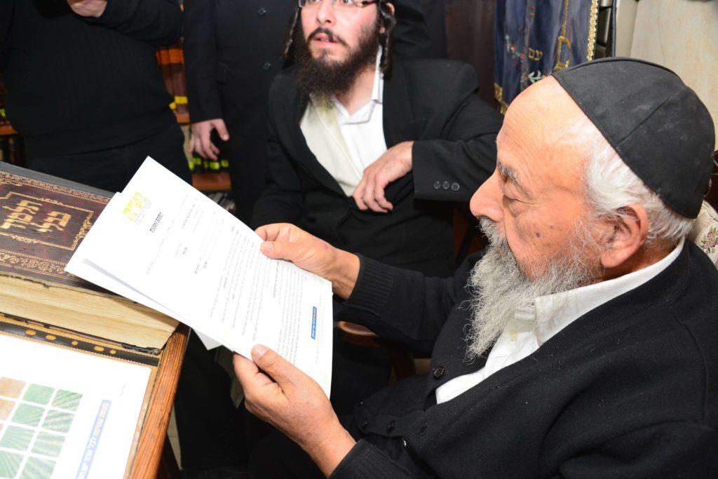 הרב בעדני קורא את מכתבם של גדולי ישראל לאגודת שמיטה