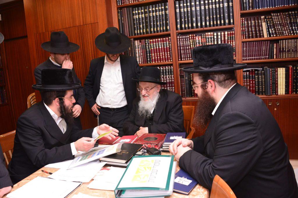 הרב ברגמן מברך את רבני אגודת שמיטה