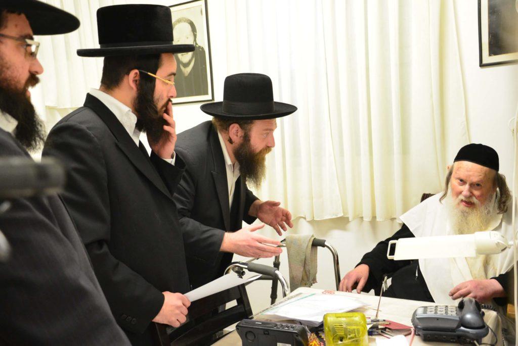 הרב זונדל קרויזר מברך את רבני אגודת שמיטה