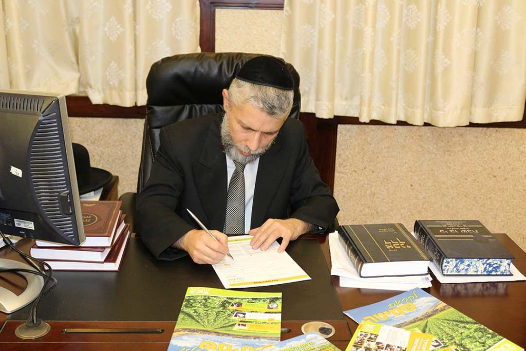הרב זמיר כהן מקיים מצוות שמיטה