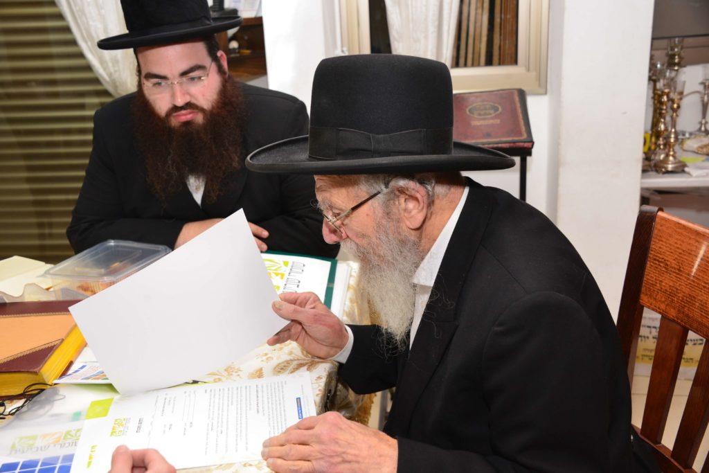 הרב יעקב אדלשטיין מעיין בכתבי אגודת שמיטה