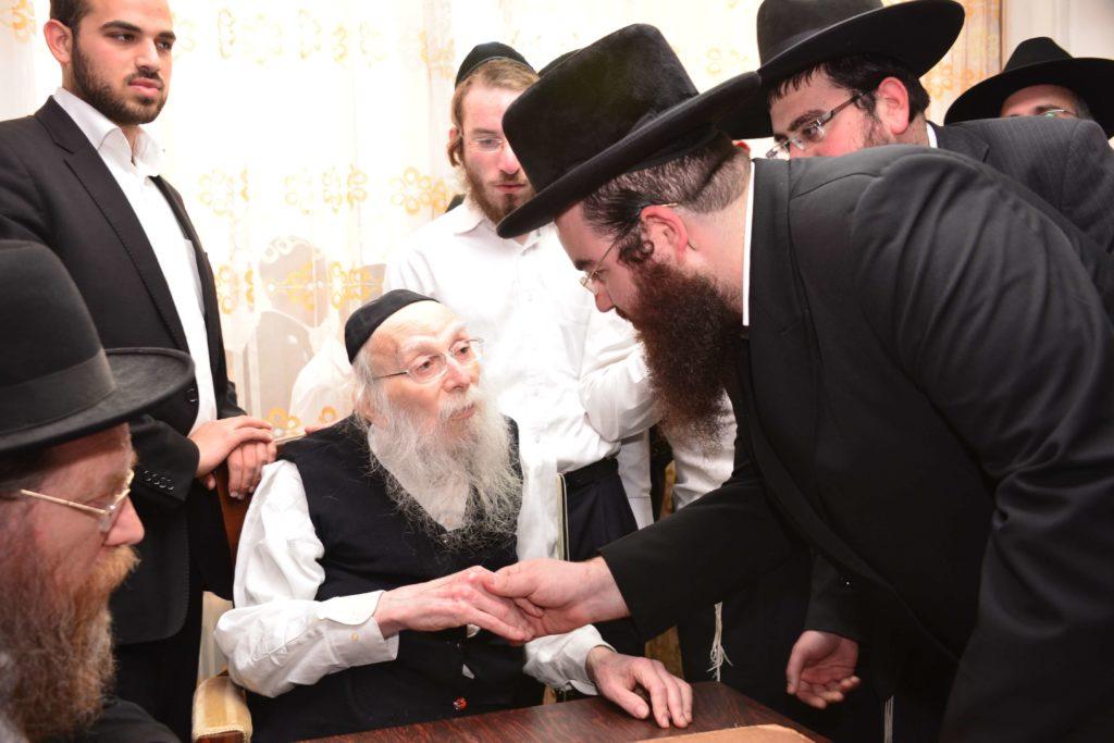 הרב קרליץ מברך את רבני אגודת שמיטה