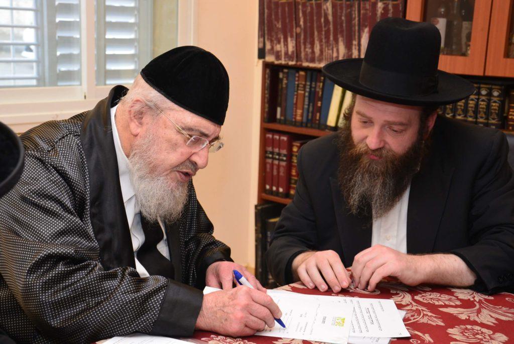 הרב אזרחי מצרף את חתימתו לרבנים הקוראים לרכוש קרקע לפני שמיטה