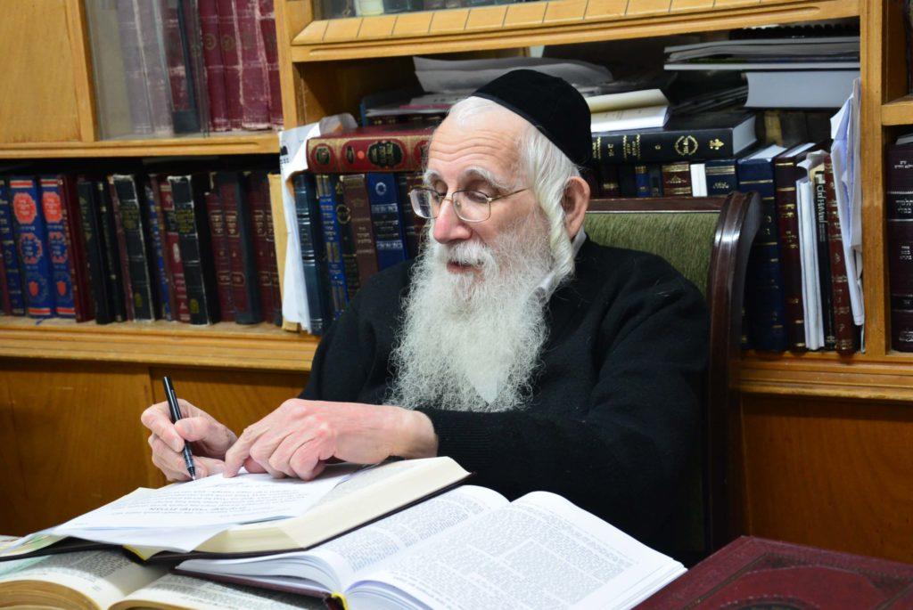 הרב אויערבך מצרף את חתימתו לברכת גדולי ישראל על קנית קרקע לשמיטה