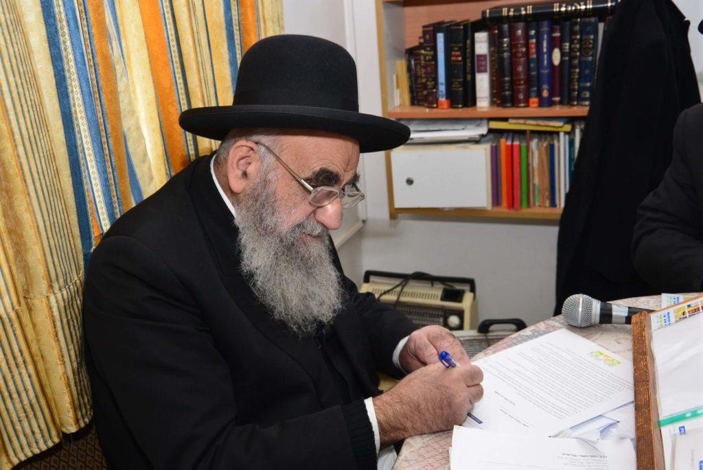 הרב צדקה חותם על קראית גדולי ישראל עבור אגודת שמיטה